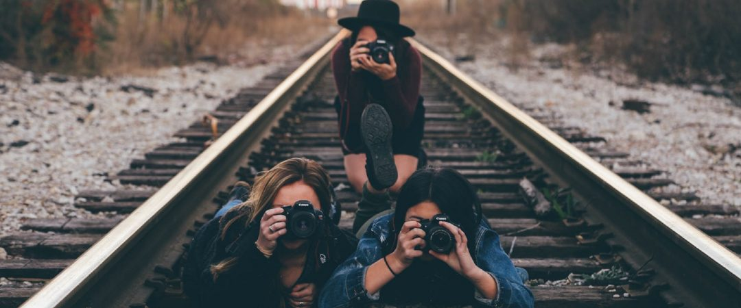 friends-taking-pictures